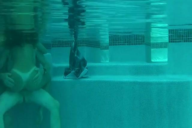 Het grietje laat zichzelf onder water karren door de mature minnaar