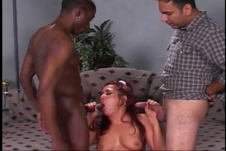 spannende huisvrouw krijgt in deze gangbang haar smoel vol cum
