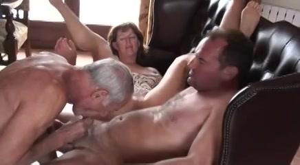 Een trio seks met een rijpe biseksueel minnaar