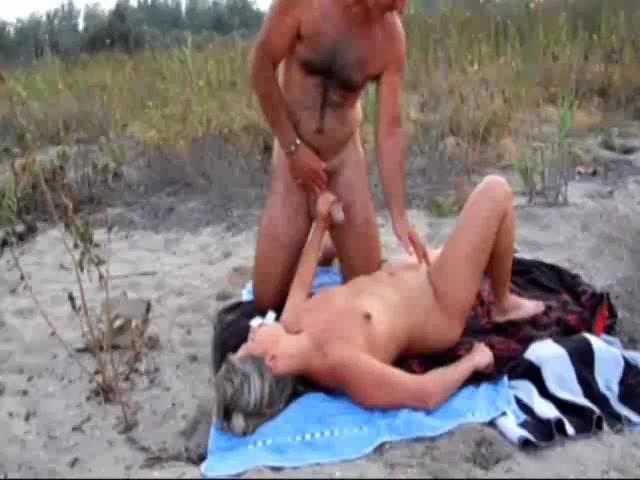 Buitensex met een voorbijganger met een dik lid