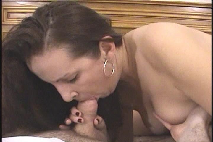 Langzaam druppelt de sperma op haar scheur