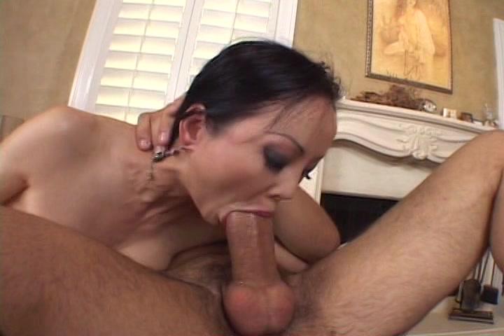 Hij laat haar fluiten en neukt haar smoel tot hij klaar komt