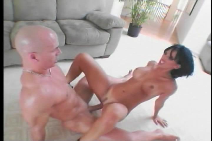 Ze geniet als ze aangeduwd word door de zwaar penis in verschillende standjes