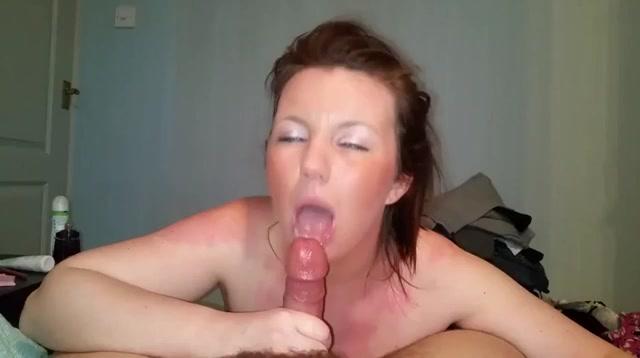 Deze wellustige huismoeder laat haar muil vol sperma spuiten