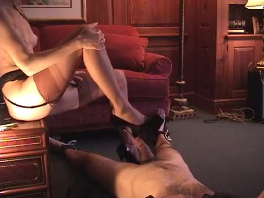 Met de hak van haar schoen neukt ze zijn plasbuis
