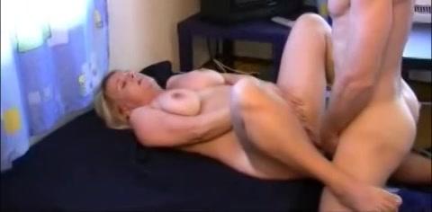 Deze heet huisvrouw word voor het eerst gefilmd tijdens het neuken