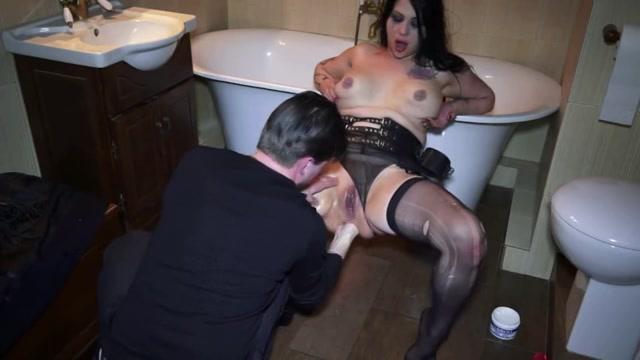 Hij mastubeerd haar pruim vuist neukt haar poepgaatje en naait haar smoel