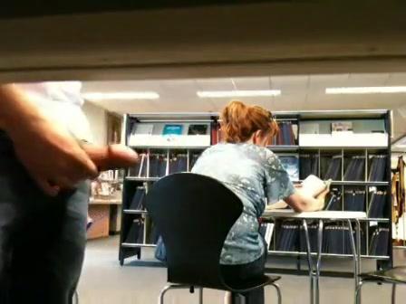 geheimzinnig trekt hij zichzelf in de bibliotheek af en komt klaar