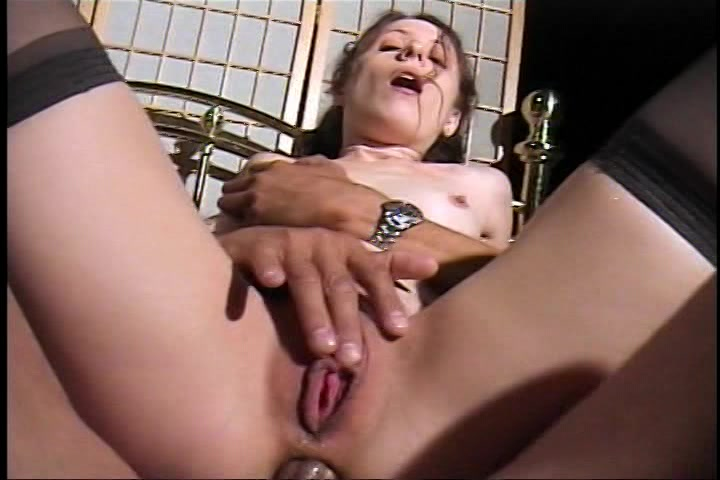 De mama draait met haar bips tijdens het anal berijden