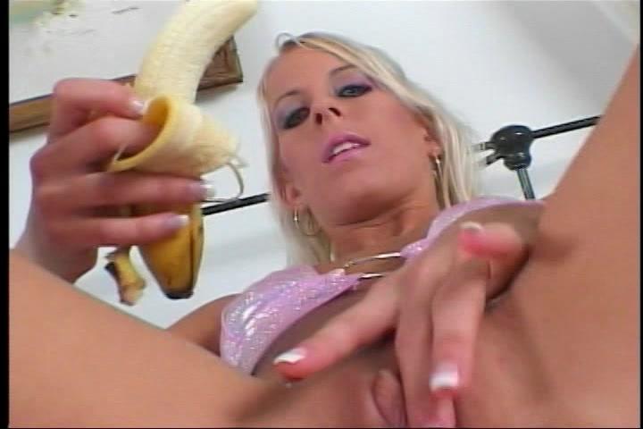 verast tijdens het mastuberen met een banaan