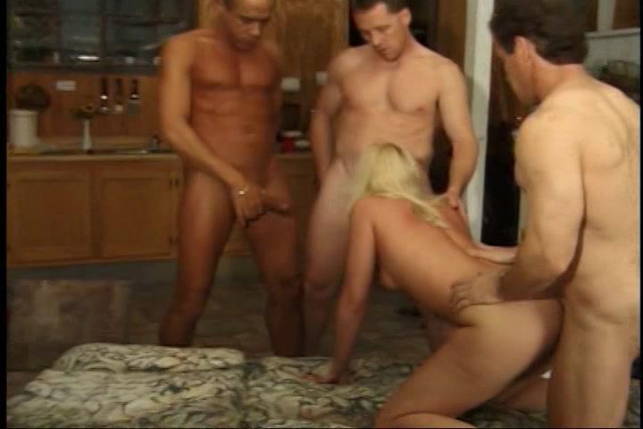 drie rijpe mannen laten zich blazen en sexen het deerntje