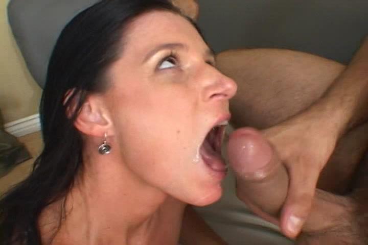 Trekkend aan zijn grote lul spuit hij haar gezicht vol sperma