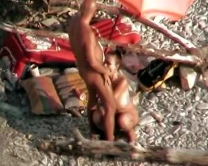 Stiekem gefilmd terwijl ze haar man pijpt zijn anus likt en hem anal neukt