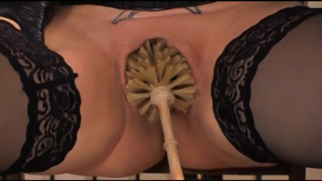 Zittend vastgebonden word haar kut met een wc borstel geneukt