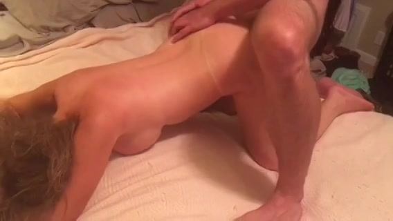Zijn vriend filmt hoe hij het meisje neukt