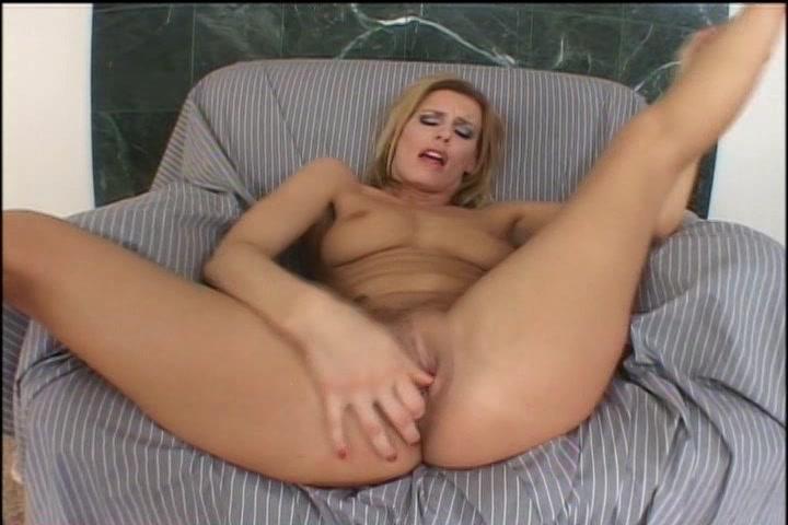 Haar kale kut mastuberend krijgt de geile milf een orgasme