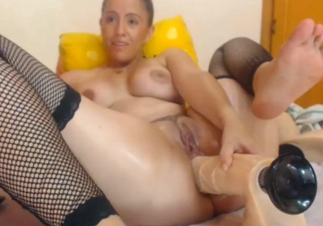 Voor de webcam mastubeerd ze anal met een dildo en nep lul