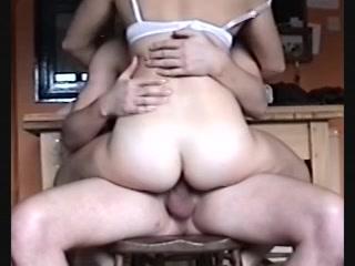stiekem filmt hij hoe hij haar neukt en op haar klaar komt