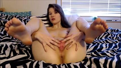 Voor de webcam trekt het meisje haar kut wijd open