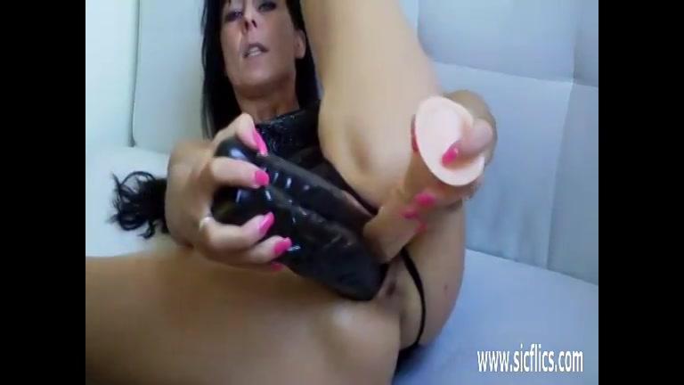 Een dubbel penetratie met meerdere sex toy in haar kut