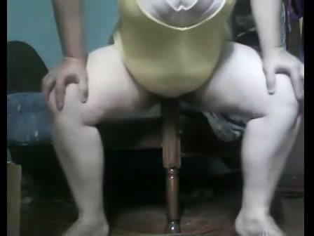Voor de webcam neukt de geile huisvrouw de post van het bed