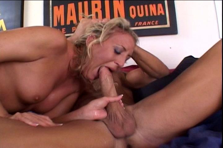 De dikke lid laat haar kokhalzen als hij haar keel penetreert