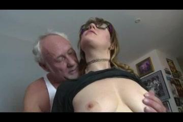 Opa beft het buurmeisje laat haar afzuigen en penetreert haar
