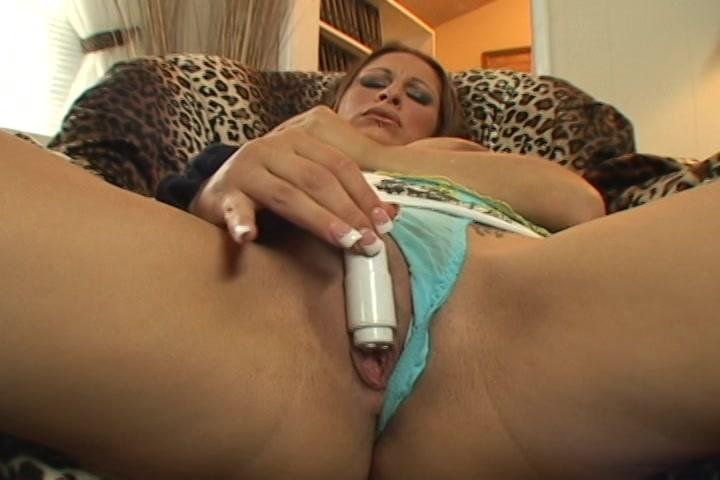 Met de mini sexspeeltje mastubeerd ze haar pruim terwijl ze in haar hang toeters knijpt