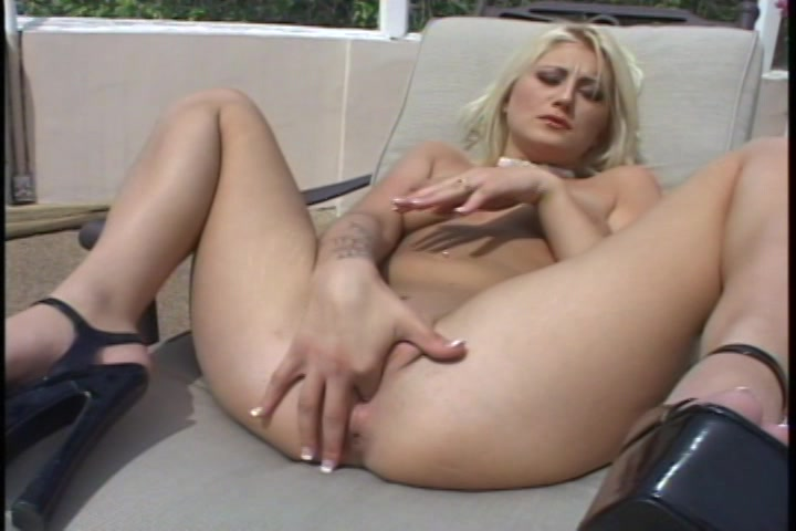 Ze steekt de vinger in de kutje die net een orgasme heeft gehad