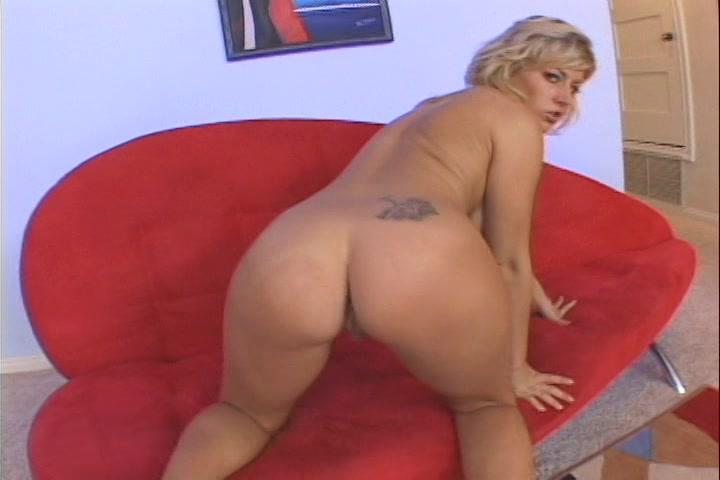 blond harige dikke tieten mollige bilpartij en een geschoren pruim die ze mastubeerd