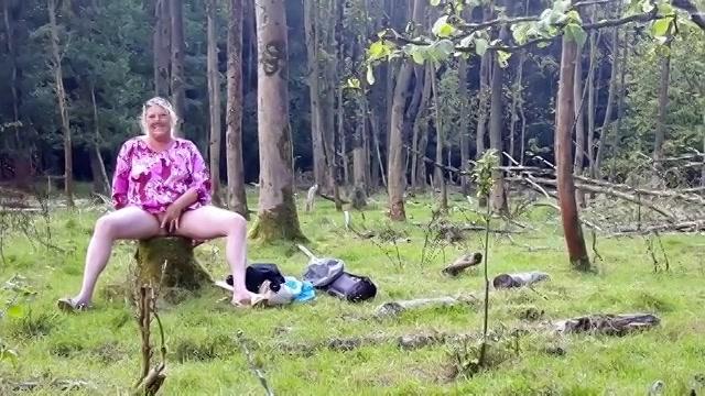 Mastuberend met de kunstpenis in het wildernis word ze onder gepist en pijpt ze de stijve jongeheer