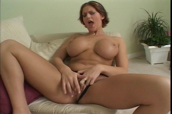 Langs haar onderbroekje mastubeerd de spannende hoer met gezette jetsers haar kale gleuf