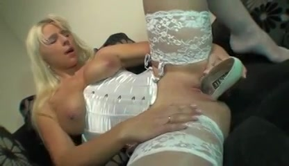 geile blondine in zwoel lingerie mastubeerd met een hoge hak schoen