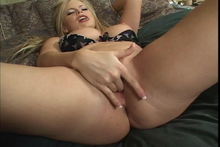 lekkere rondborstige blondine in erotisch lingerie mastubeerd tot een orgasme