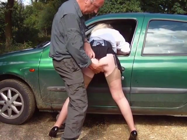 Op een parkeer plaats vingert de oudere baas de slet en komt op haar achterste klaar