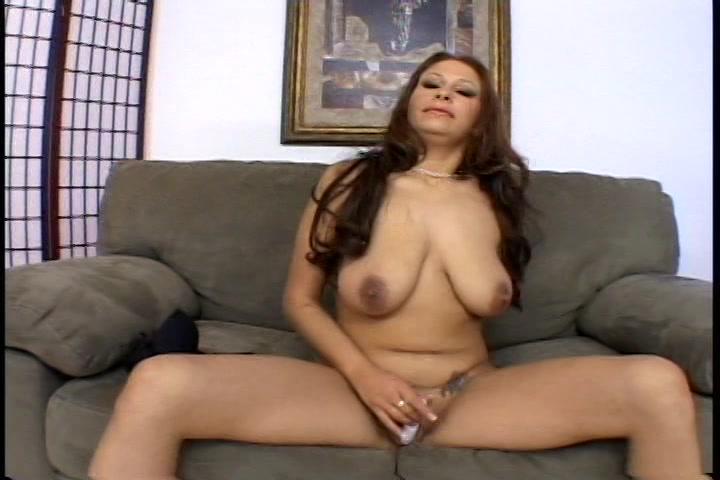 De kleine sextoy laat deze opgewonden huisvrouw een orgasme krijgen