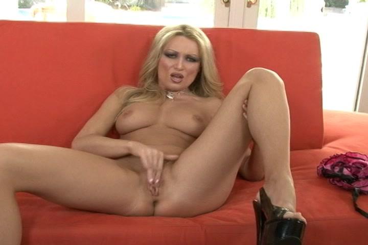 opgewonden blondje geilt je op in erotisch lingerie en mastubeerd