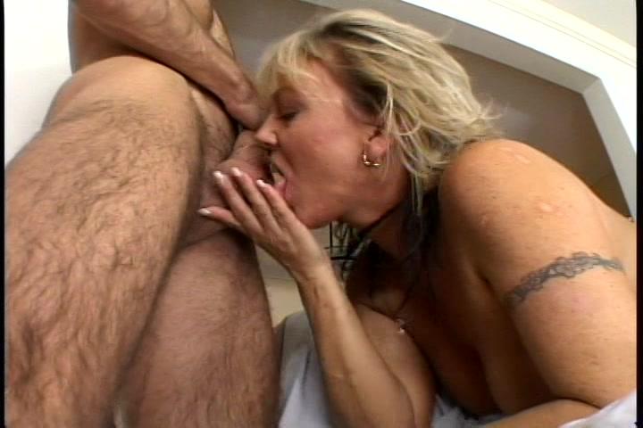 Tussen de zuig beurt pijpt ze zijn geschoren testikels