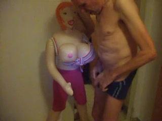 zichzelf aftrekkend met de seks pop komt hij in zijn onderbroek klaar