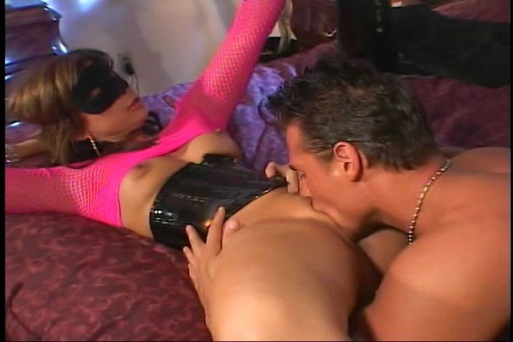 Hij vingert en beft haar kut word gepijpt en sekst vervolgens haar vagina en poepgaatje