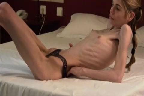 Dit anorexia grietje met alleen haar slip aan laat zich filmen