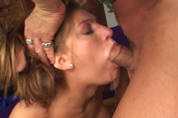 De grote lul die ze pijpt neukt haar tussen de tieten en in haar mond