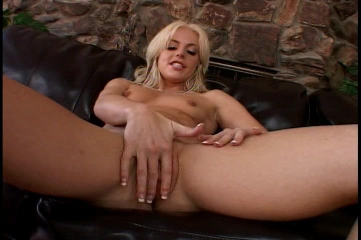 Dit blondje spuwt op haar hand en mastubeerd haar kale kut