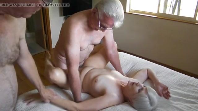 De oudere man fotografeert en filmt hoe zijn vrouw geneukt word