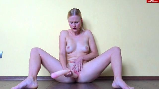 Een grote rubberen dildo in haar geile poesje