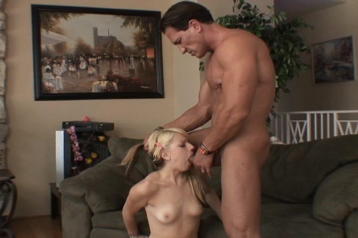 Het meisje pijpt de grote lul laat en laat de sperma in haar mond spuiten