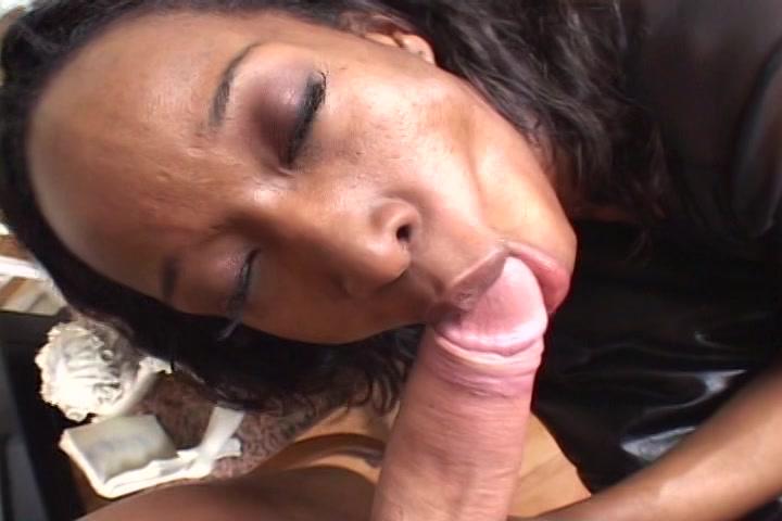 De Ebony zuigt de blanke eikel en ballen pijpt en laat de sperma in haar gezicht spuiten