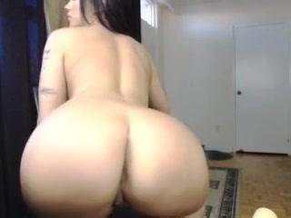 Voor de webcam showt ze haar grote borsten en dikke billen