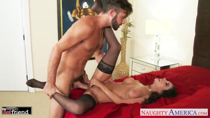In sexy lingerie wacht de vriendin van zijn vrouw op een neuk beurt
