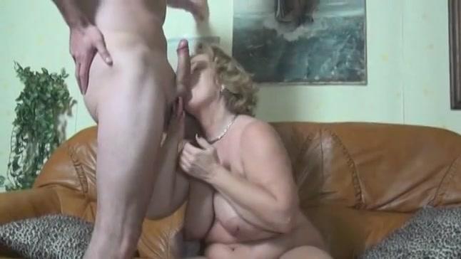 De verpleger laat zich pijpen en neukt de geile bejaarde vrouw